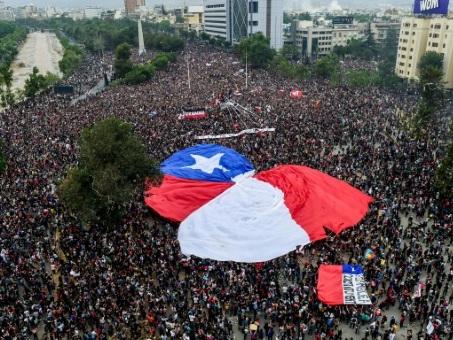 Chili: le gouvernement accepte de changer de Constitution
