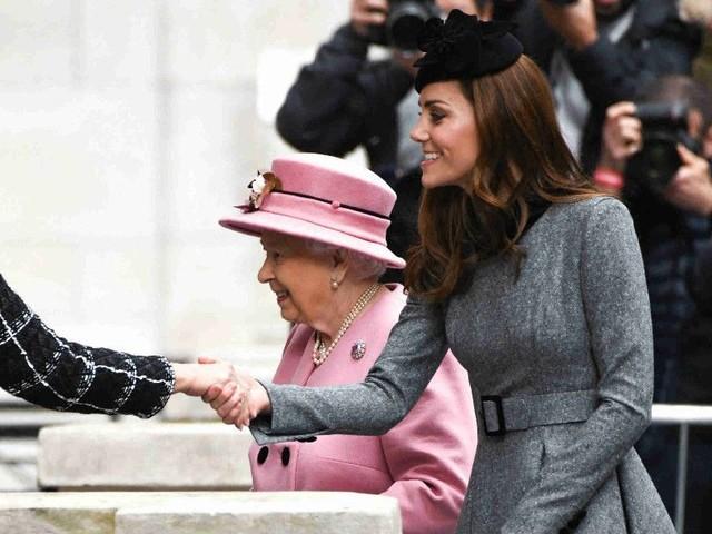 Quand la reine ne valide pas le choix vestimentaires de Kate Middleton, découvrez ce qu'elle fait !