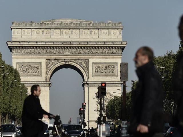 Une voiture percute un fourgon de gendarmerie sur les Champs-Élysées, pas de blessés