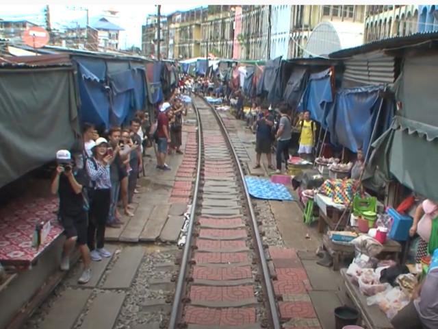 Pays et Marchés du Monde en Thaïlande : Mae Klong, un marché boute en train !