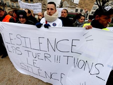 Enfants: Macron et le gouvernement veulent mobiliser contre les violences