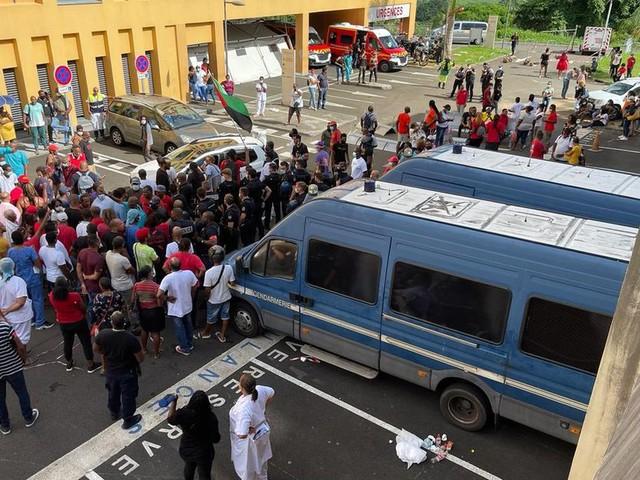 Trois personnes interpellées après des affrontements devant l'hôpital Pierre Zobda Quitman