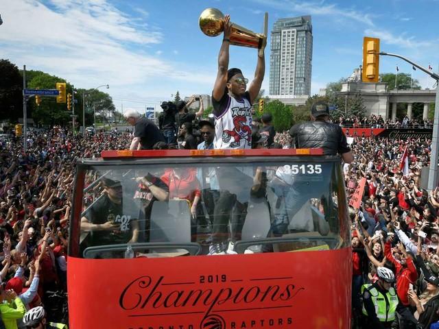 Marée humaine à Toronto pour le titre NBA des Raptors, quatre blessés après des coups de feu