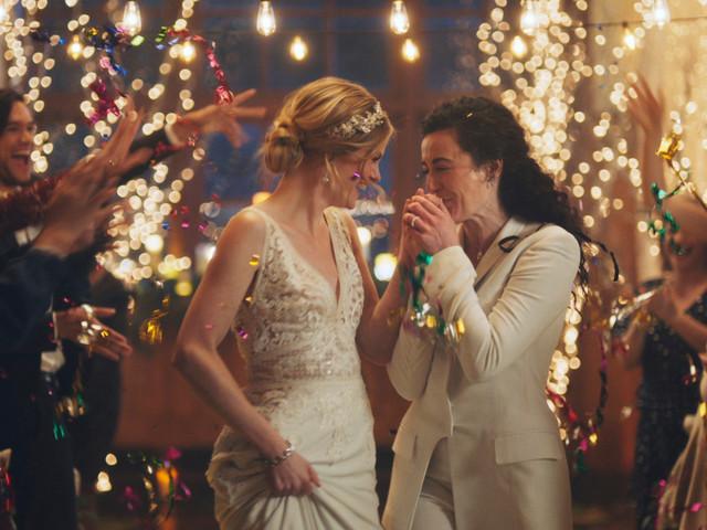 La chaîne Hallmark retire des pubs montrant deux femmes s'embrasser