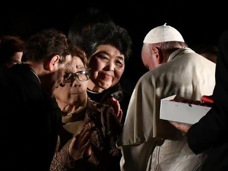 """Des survivants de Hiroshima confient leur """"enfer"""" au pape"""