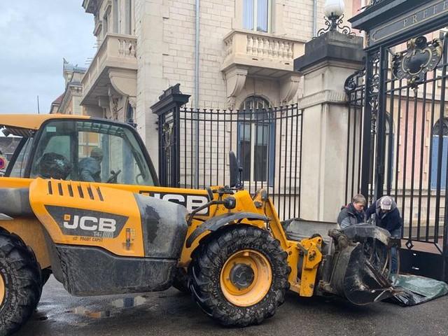 EN IMAGES - Plusieurs dizaines d'agriculteurs manifestent devant la Préfecture de Belfort