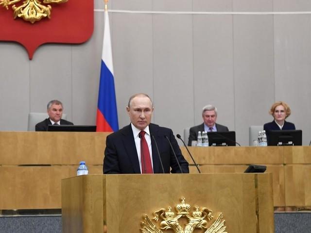 Russie: Vladimir Poutine ouvre la voie à son maintien au Kremlin