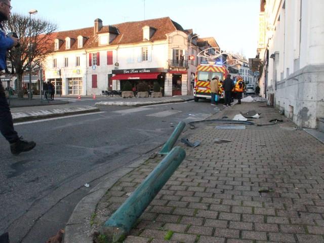 Une voiture fauche deux piétons en plein cœur d'Orthez : un mort et une blessée