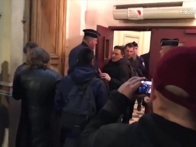 Des militants perturbent la sortie au théâtre d'Emmanuel Macron