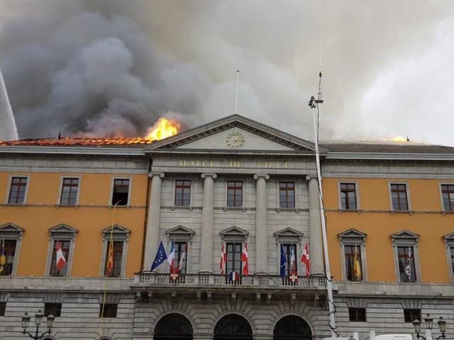 Un violent incendie en cours à la mairie de Annecy