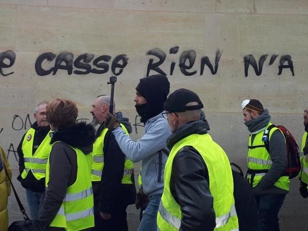 """""""Gilets jaunes"""" : une note du procureur de la République de Paris préconise de ne lever les gardes à vue qu'après les manifestations. Par Thomas Pontillon Mathilde Lemaire"""