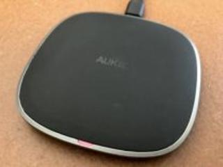 Test : fin et élégant, le chargeur sans-fil Qi en graphite de Aukey recharge l'iPhone quasi sans chaleur (+code promo)