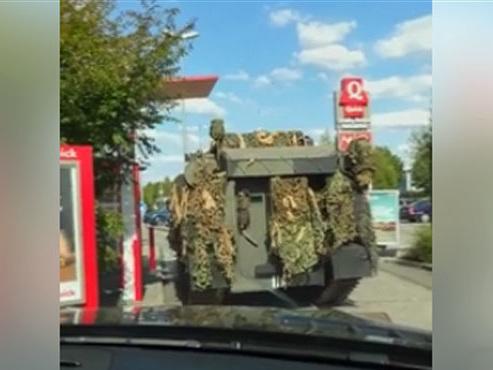 """Des militaires au fast-food le 21 juillet? Il s'agissait d'un canular! """"C'était des acteurs dans le char"""""""