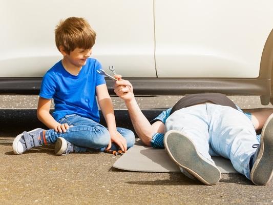 Coincé sous une voiture, il est sauvé in extremis par ses deux enfants