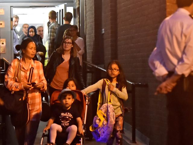 À Londres, certains habitants évacués de leur immeuble par mesure de sécurité l'ont appris par la télévision