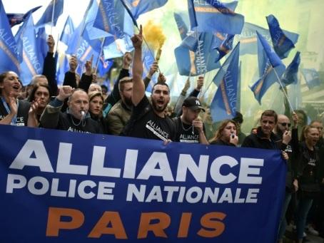 """Des milliers de policiers à Paris pour une """"marche de la colère"""""""