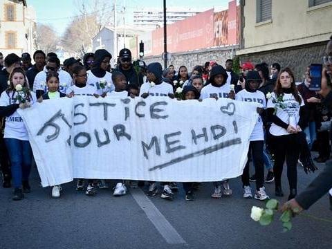 Marche blanche pour Mehdi: 300 personnes ont défilé dans les rues de la cité Maison-Blanche
