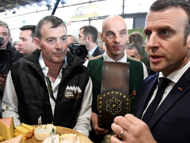 """Macron juge """"impossible"""" de revaloriser les pensions des agriculteurs déjà à la retraite"""