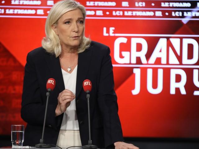 """Marine Le Pen veut """"interdire voiles et kippas dans l'espace public"""""""