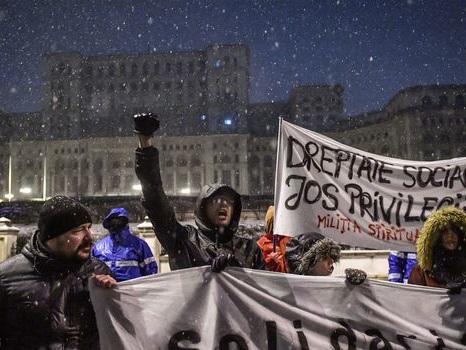 """Plus de 30.000 Roumains dans la rue pour dire """"non à la corruption"""""""