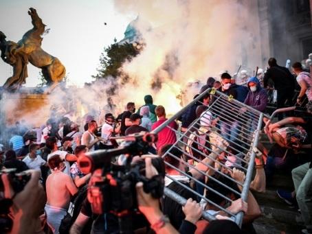Coronavirus: nouvelle manifestation violente à Belgrade