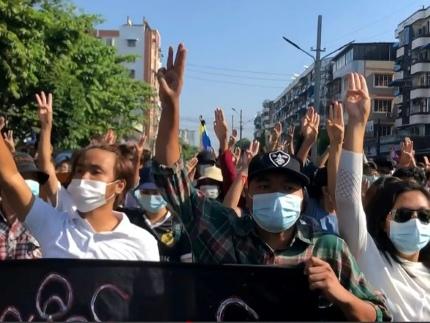 """Coup d'Etat en Birmanie: des manifestants appellent à un """"printemps révolutionnaire"""""""