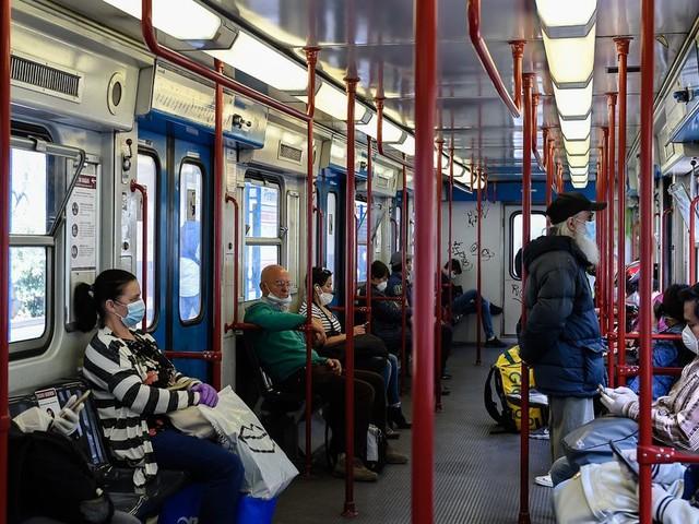 Combien de temps le coronavirus reste sur la barre du métro ou les toilettes?