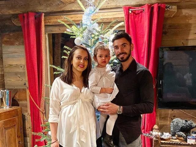 Morgan Sanson (OM) papa : avec Marie et Julia, grande soeur, il présente bébé