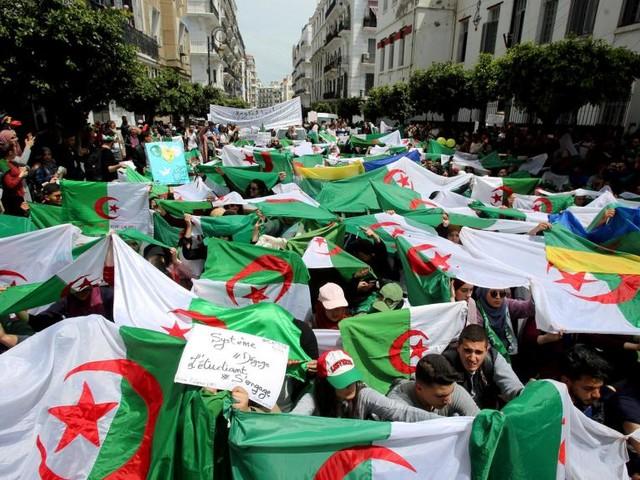 Algérie: les manifestants se retrouvent pour un 10e vendredi de protestation