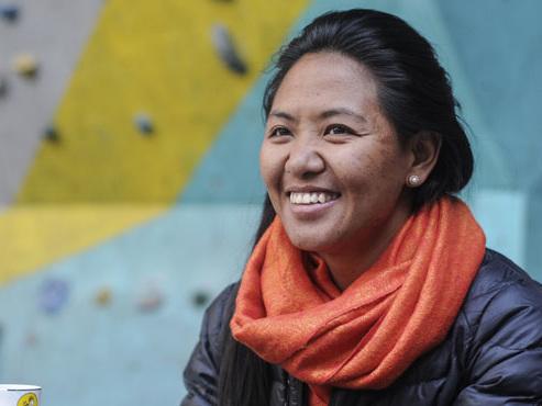"""Dawa Yangzum, une jeune sherpa de 27 ans, ne cesse de conquérir de nouveaux sommets: """"Des gens disaient que ce n'était pas un travail de fille"""""""