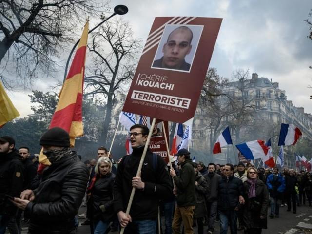 """A Paris, plusieurs centaines d'""""identitaires"""" manifestent """"contre l'islamisme"""""""