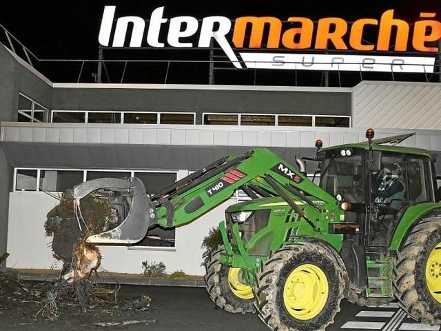 À Bégard, action éclair des agriculteurs à Intermarché et Netto[Vidéo]