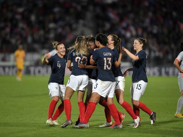 Coupe du monde féminine : les Bleues moquées, Denis Brogniart les défend