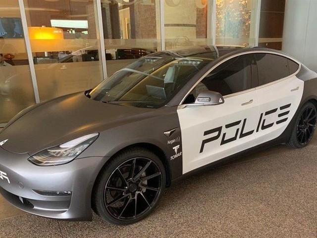 Tesla Model 3 : la berline électrique transformée en voiture de police