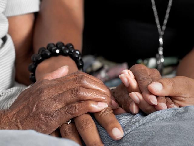 Les jeunes adultes aidants doivent pouvoir s'occuper de leurs parents sans sacrifice - BLOG