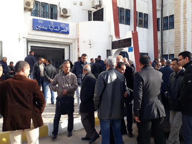 Tunisie : [ vidéo+ photos] Les agents du bureau de contrôle des impôts et les recettes des finances à Médenine en grève