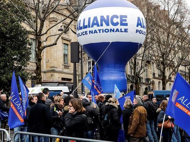 Macron a fâché les policiers avec son discours sur les retraites en Côte d'Ivoire
