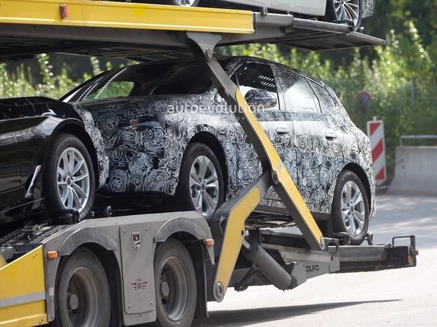 Le futur BMW Active Tourer surpris sur un camion