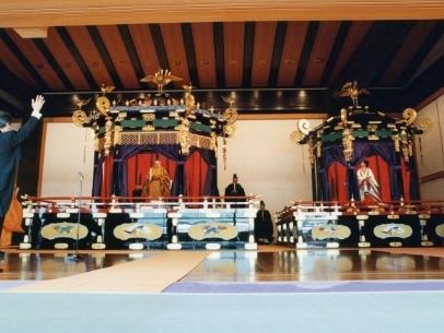 Or, soie et laque: les ornements et atours de la cérémonie impériale nippone