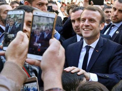 """Macron à Alger en """"ami"""" refuse d'être """"otage du passé"""""""