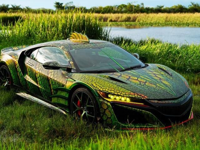 Le gagnant du concours de covering transforme une voiture en une étrange créature du lac