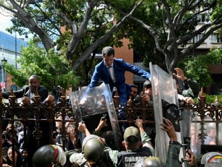 Venezuela: Guaido se voit au perchoir du Parlement, son rival aussi