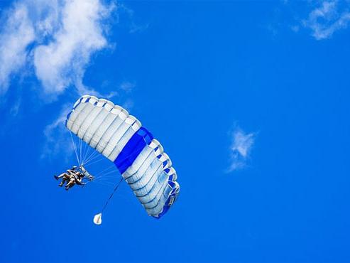 Son parachute ne s'est pas ouvert: une jeune femme grièvement blessée à Temploux