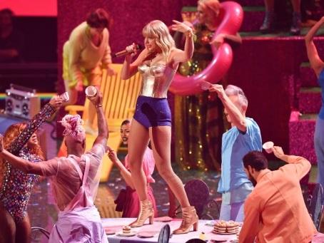 Bras de fer entre Taylor Swift et son ancien label, la question des droits en jeu