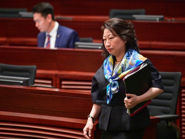 """Hong Kong: Carrie Lam condamne """"l'agression barbare"""" d'une de ses ministres à Londres"""