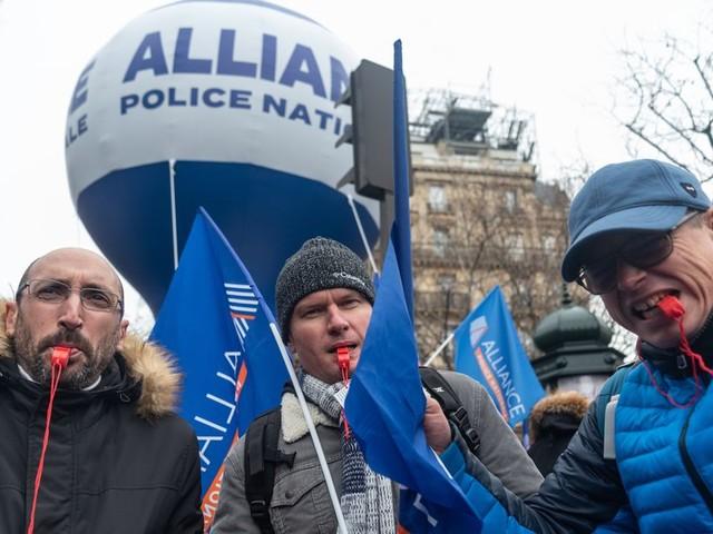 Philippe et Castaner défendent l'exception faite pour les retraites des policiers