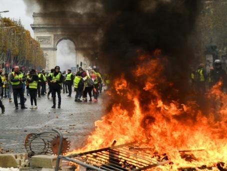 """""""Gilets jaunes"""" à Paris: chaos sur les Champs-Elysées"""