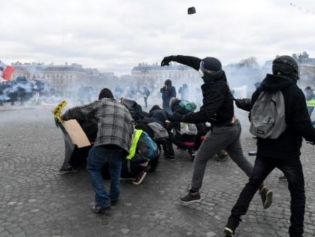 """""""Black blocs"""" et """"gilets jaunes"""": convergence radicale en jaune et noir"""