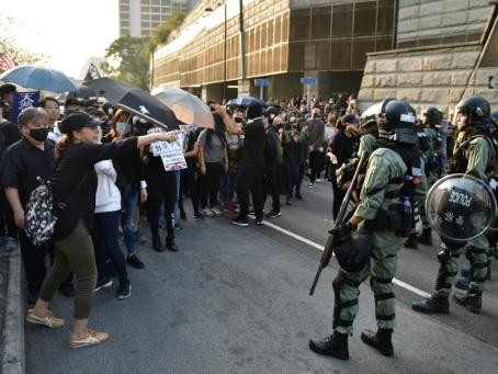 Hong Kong: les noces entre une manifestante et un policier ont du plomb dans l'aile