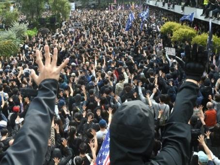 Hong Kong: des policiers blessés en marge d'une manifestation pro-démocratie